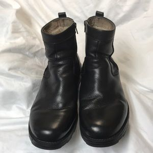 FLORSHEIM.  10M.  Men's black ankle boots.